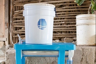 """The ""Mesita Azul"", a water disinfection technology developed in partnership with Cantaro Azul""."